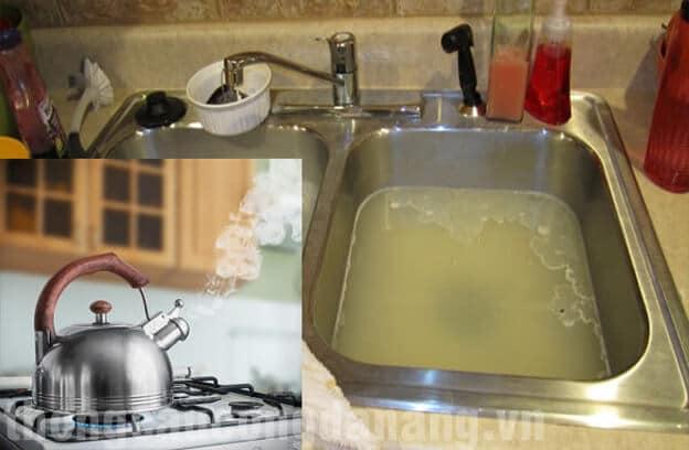 Thông bồn rửa chén bằng nước sôi